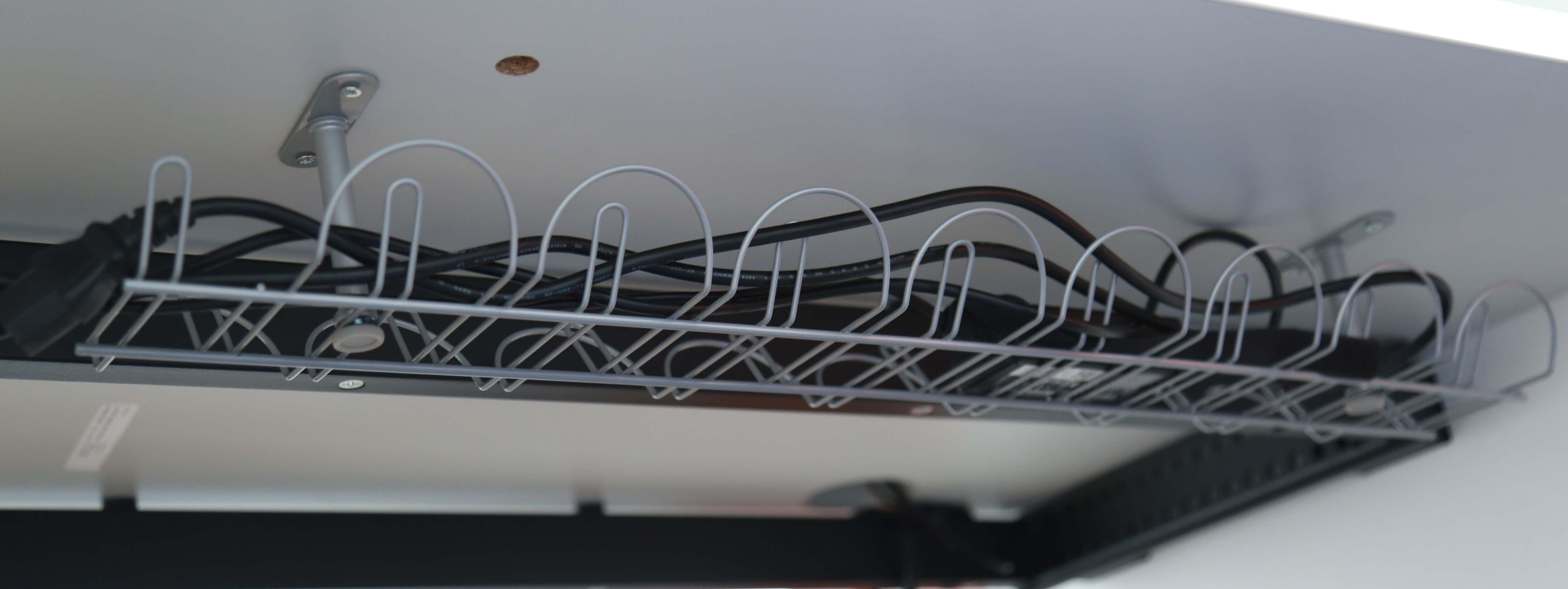 Segregacja i organizacja kabli-koszyki podblatowe, grzebienie, oploty na kable